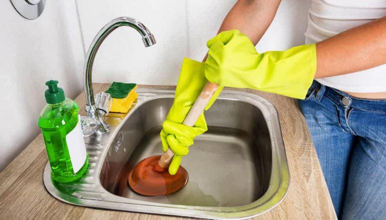 Comment déboucher ses canalisations comme un vrai plombier ?
